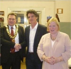 Avec Robert Smith, maire de LLoughour, conseiller du Comté de Swansea et Edwina Hart, Conseillère chargée de l'économie à la Welsh Assembly.