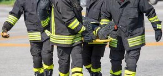 sapeur-pompier-dans-l-action-avec-la-mousse-pour-éteindre-le-feu-54077175